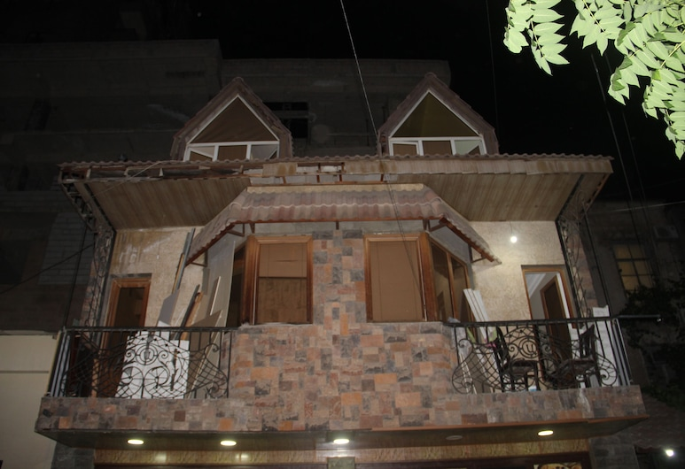 Armenner Hostel and Tours, Yerevan, Voorkant hotel - avond/nacht