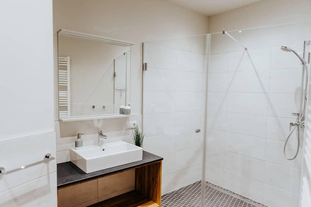 Lejlighed - privat badeværelse - udsigt til have - Badeværelse