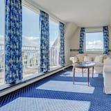 Suite, 1 Queen Bed, Sea View - Living Area