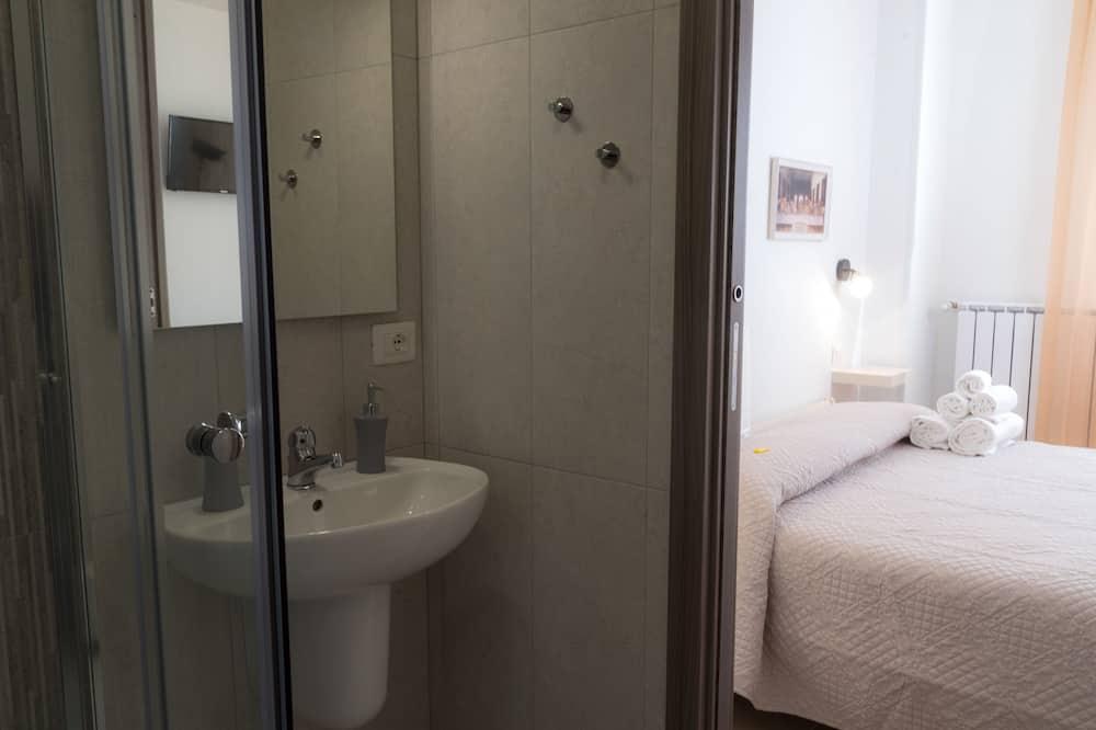 Triple Room, Balcony, Park View (6) - Bathroom