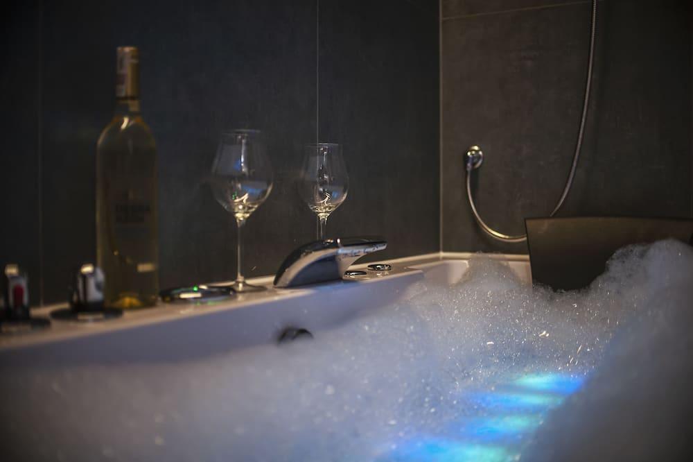 Superior Apartment, Courtyard View (105) - Private spa tub