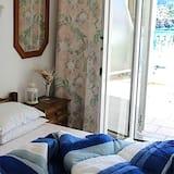 Pamatklases trīsvietīgs numurs, vairākas gultas, skats uz dārzu - Dzīvojamā zona