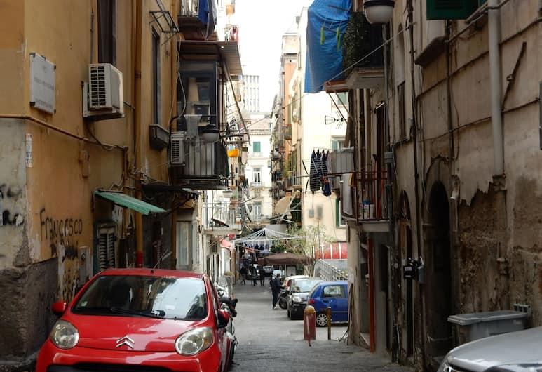 Titty's home, Napoli, Ulkopuoli