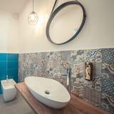 ห้องจูเนียร์สวีท, เตียงควีนไซส์ 1 เตียง และโซฟาเบด, ระเบียง, วิวเมือง - ห้องน้ำ
