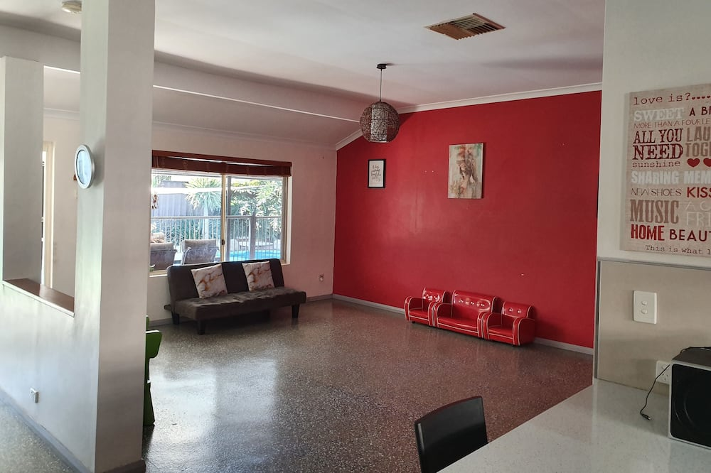 Family House, 4 Bedrooms, 2 Bathrooms - Living Area