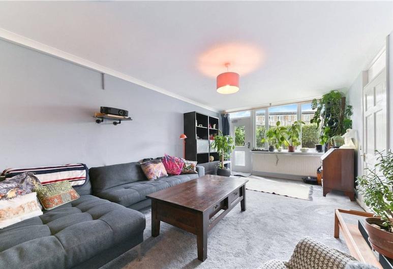 Spacious 2 Bedroom House With Balcony In Bermondsey, Londona