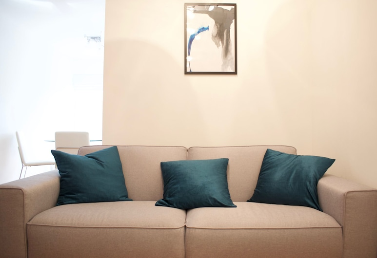 Newly Refurbished 2 Bedroom Bermondsey House, London, Living Room