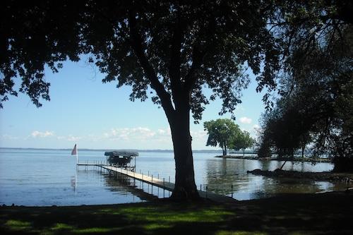 EAAのウィネベーゴ湖の水辺のコテージ/