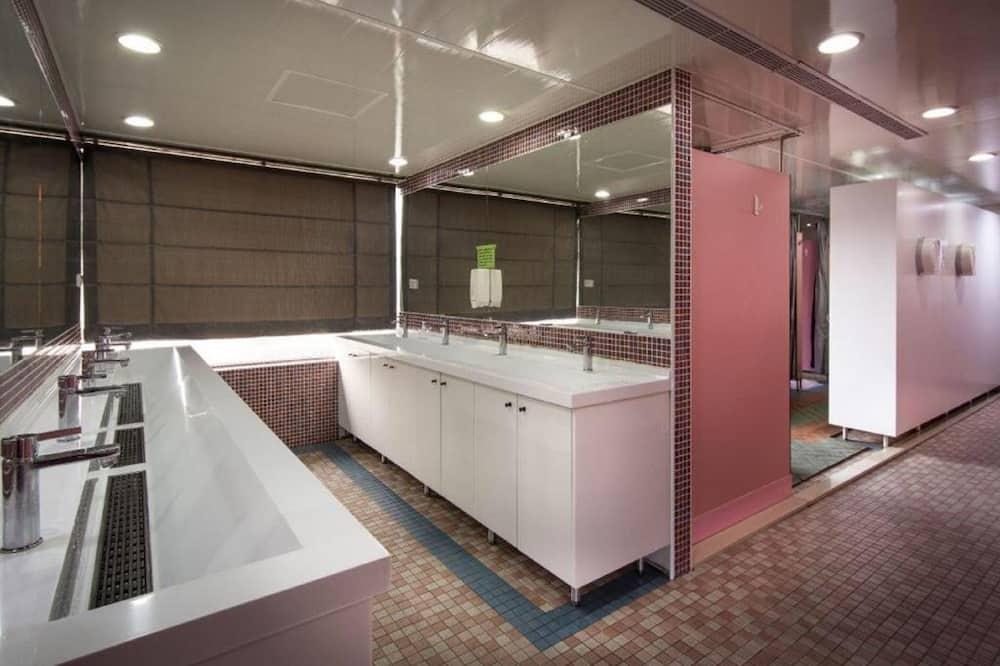 Dortoir Partagé, femmes uniquement, salle de bains commune - Salle de bain