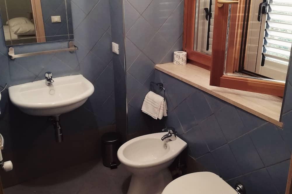Štandardná izba s dvojlôžkom alebo oddelenými lôžkami - Kúpeľňa