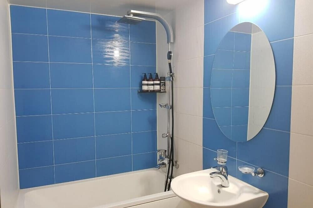 デラックス ルーム ベッド (複数台) - バスルーム