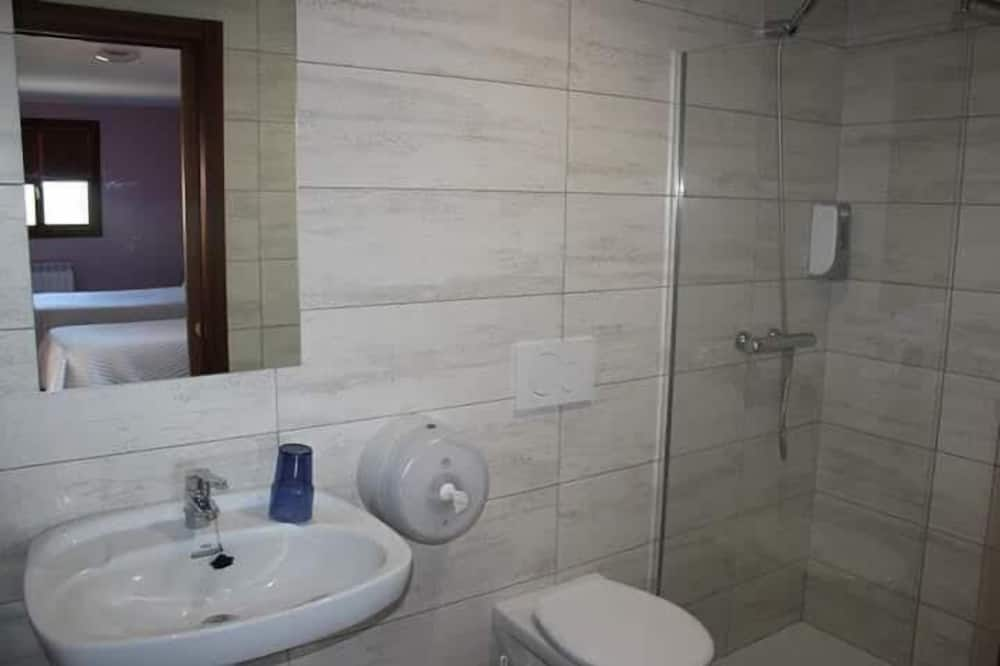 Szoba két külön ággyal, kilátással a hegyre - Fürdőszoba