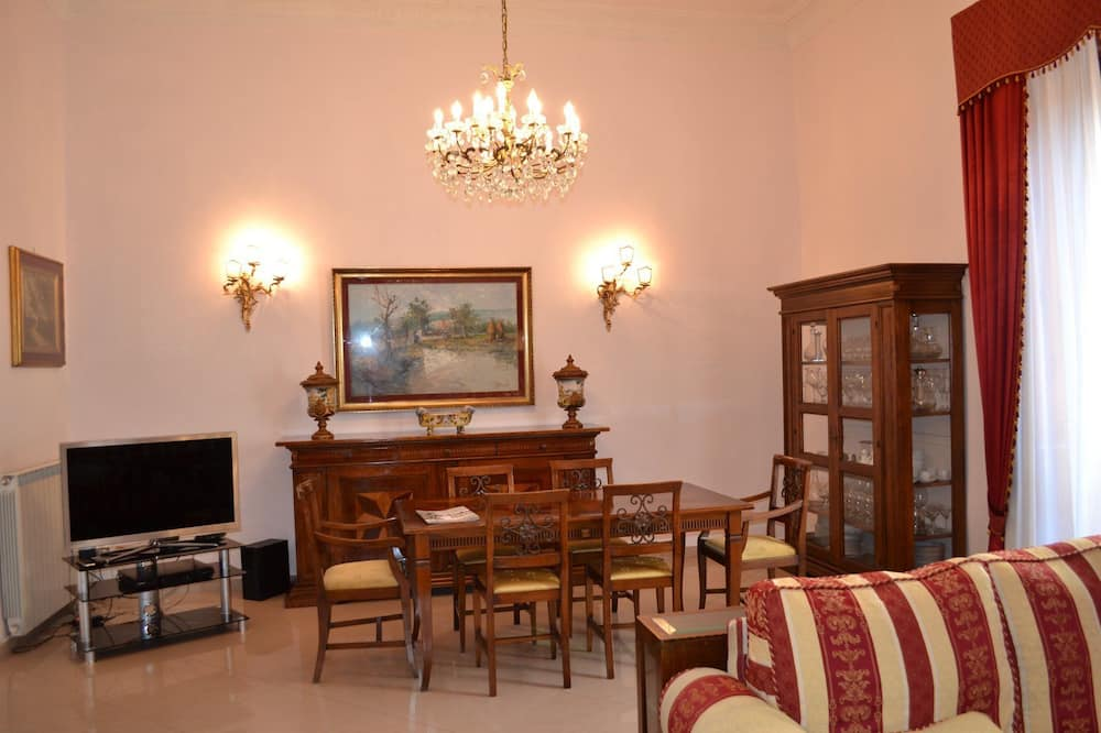 Family Apartment, 4 Bedrooms, City View - Living Area