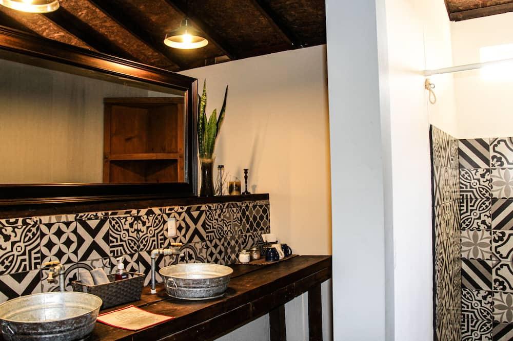 Traditional Cabin, Courtyard View (Nebbiolo) - Bathroom