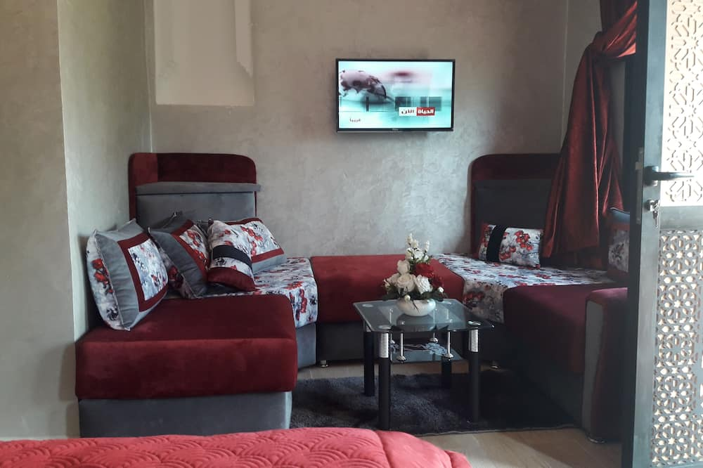 Deluxe Room, 1 King Bed, Non Smoking, Pool View - Living Area