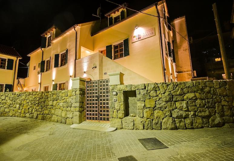 HOSTEL DVOR, Split, Hotelfassade am Abend/bei Nacht