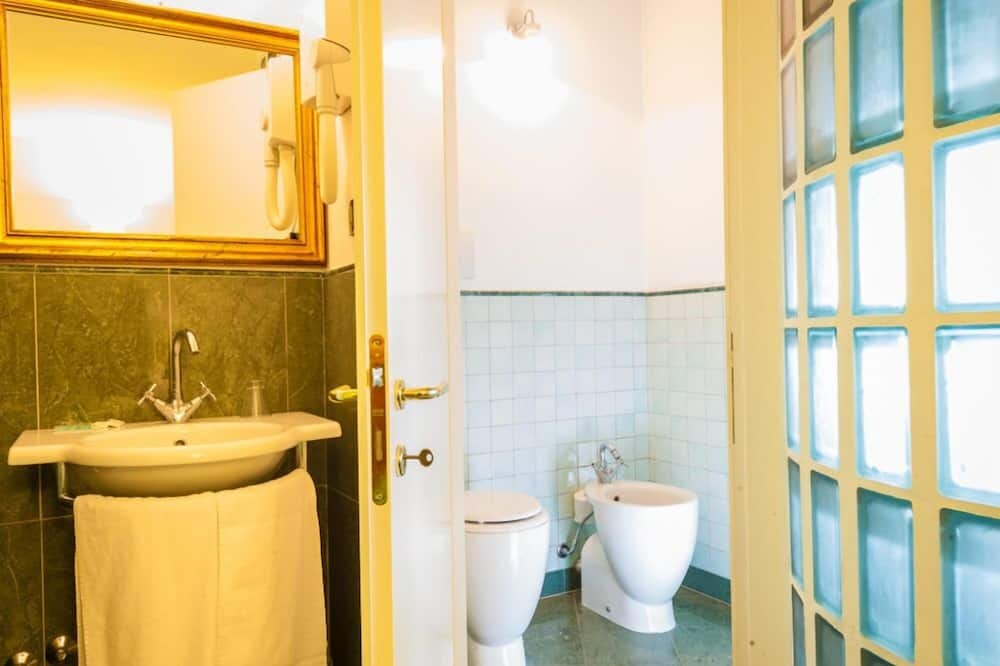 Standard Triple Room, Accessible - Bathroom
