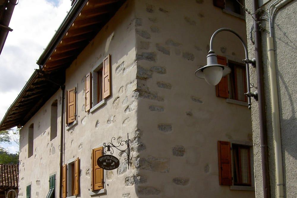 ห้องทราดิชันนัลสำหรับสี่ท่าน, หลายเตียง, วิวภูเขา - มุมมองถนน