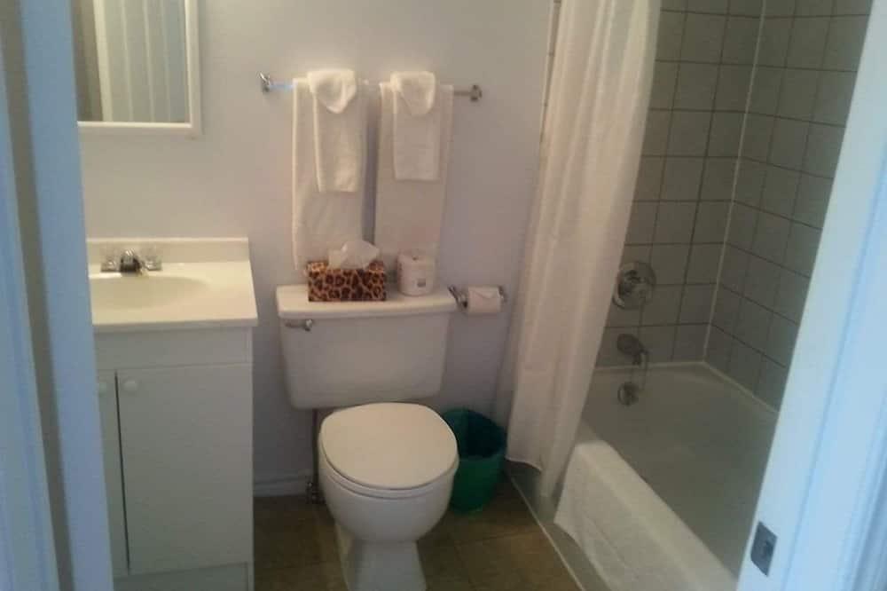 Ekonominės klasės dvivietis kambarys, 1 standartinė dvigulė lova, vaizdas į kiemą - Atskira masažinė vonia