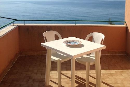 素晴らしい海の景色を望むテラス付きの家、ビーチから3分/