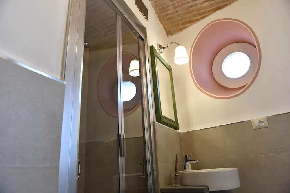 Klasikinio tipo kambarys (1 dvigulė / 2 viengulės lovos), vaizdas į miestą - Vonios kambarys