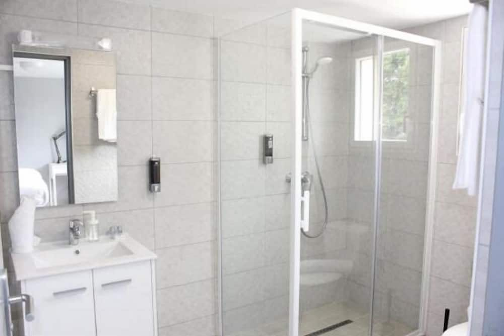 Pagerinto tipo trivietis kambarys, šaldytuvas - Vonios kambarys