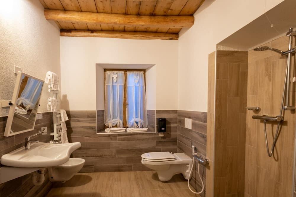 Kambarys (1 dvigulė / 2 viengulės lovos) su patogumais, 1 standartinė dvigulė arba 2 viengulės lovos - Vonios kambarys