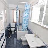 شقة - عدة أسرّة - الدش داخل الحمام