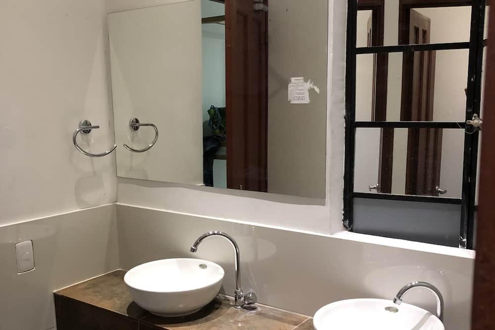 Comfort Κρεβάτι Ξενώνα, 3 Μονά Κρεβάτια - Μπάνιο