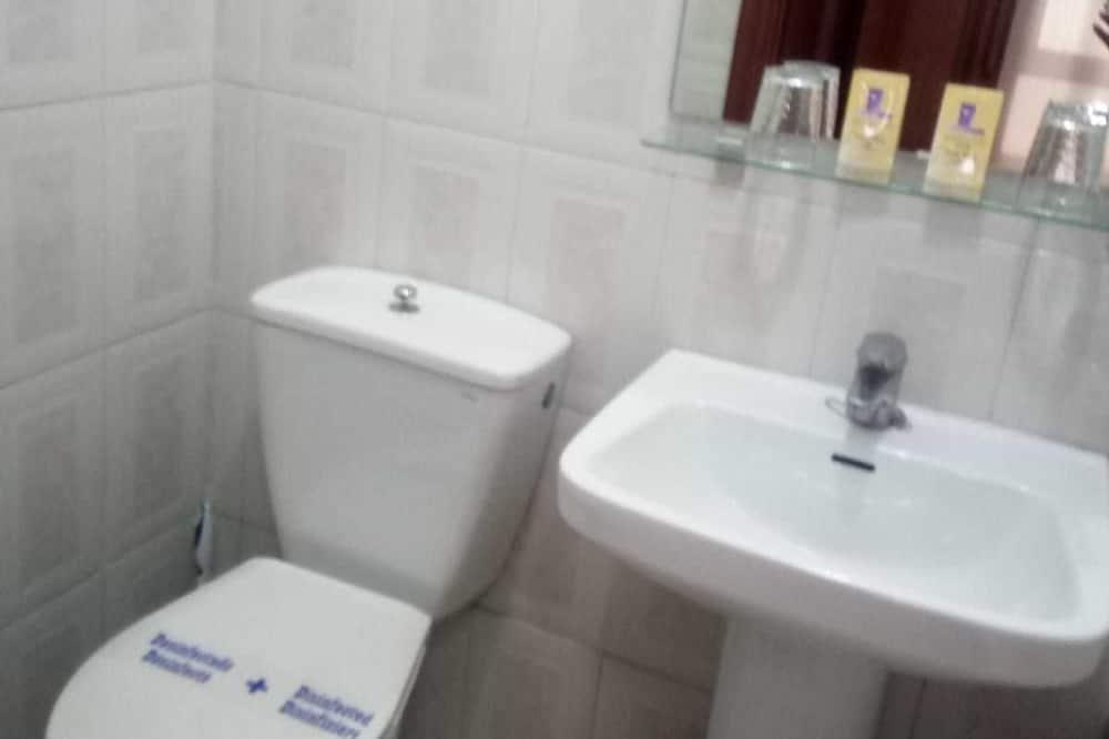 Trīsvietīgs numurs, koplietojuma vannasistaba - Vannasistaba