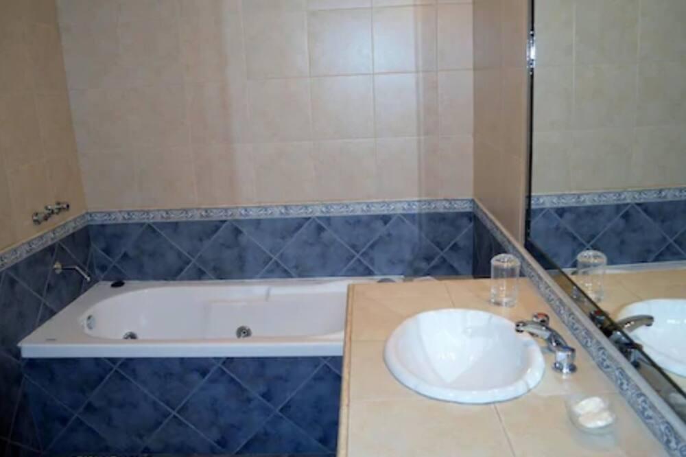 Triple Room, 1 Bedroom, Private Bathroom - Bathroom