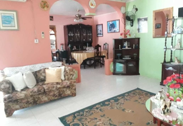 Suzette's Homestay, Lucea, Standard Room, 1 King Bed, Non Smoking, Living Area