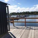 كابينة بتجهيزات أساسية - منظر للميناء - منطقة المعيشة