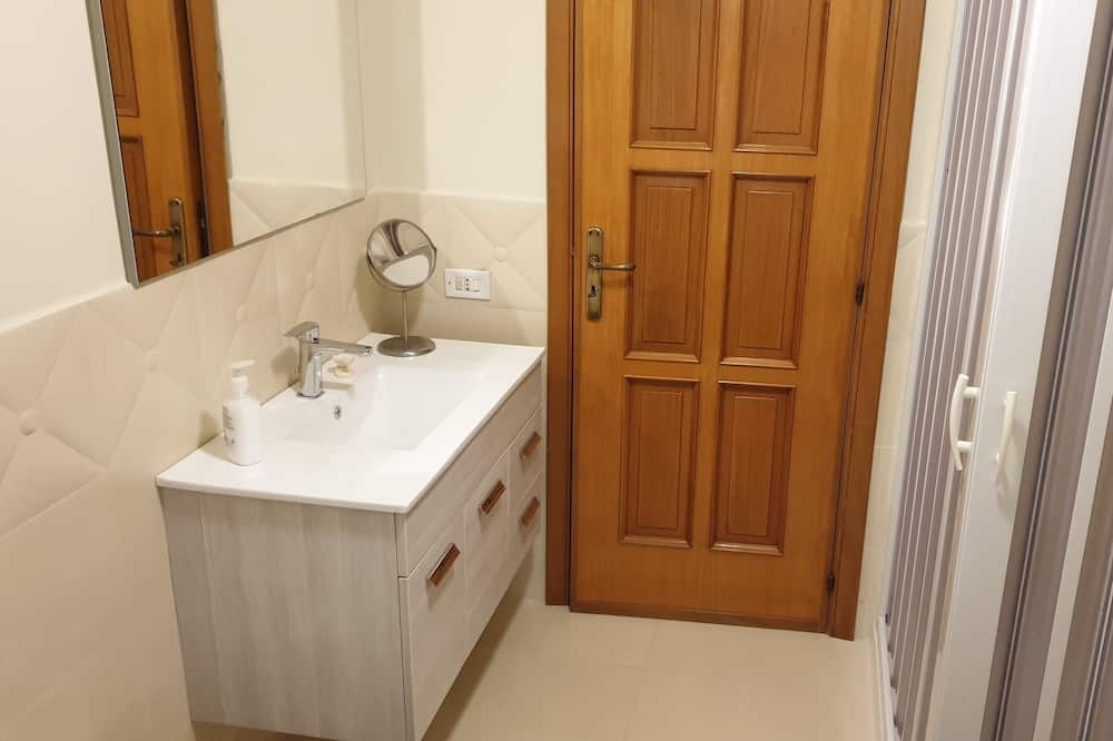 Traditional Apartment, Multiple Beds - Bathroom