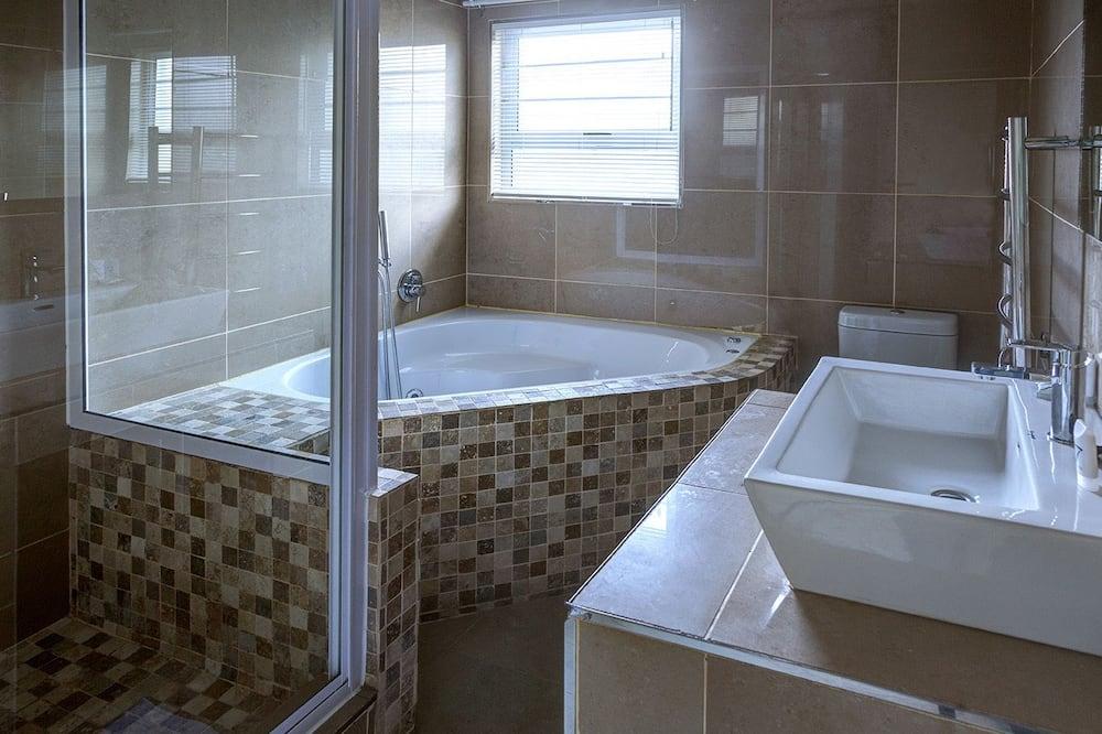 Четырехместный номер «Эконом» (Queen Elizabeth) - Ванная комната