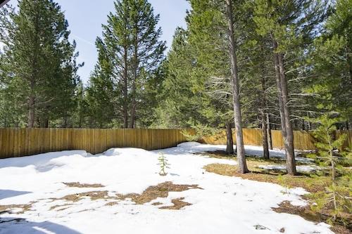 温水浴槽と森林の景色を望む活気のあるタウンホーム/