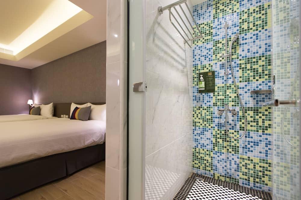 Liukso klasės keturvietis kambarys, 2 didelės dvigulės lovos, vaizdas į miestą - Vonios kambarys