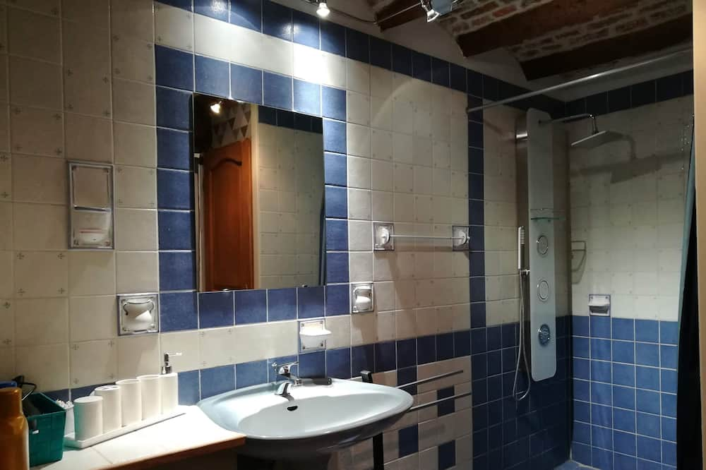 Comfort háromágyas szoba, kilátással a kertre - Fürdőszoba