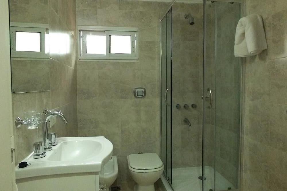 Standard-Zweibettzimmer, Stadtblick - Badezimmer
