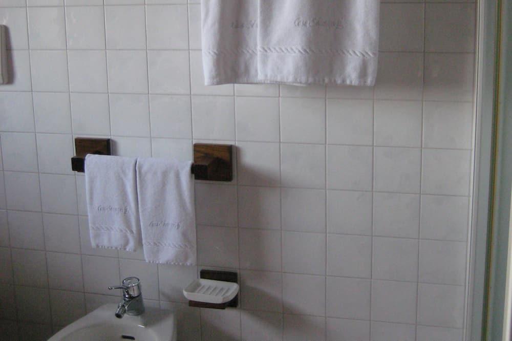 Panorámás szoba kétszemélyes ággyal, 1 queen (nagyméretű) franciaágy, kilátással a medencére - Fürdőszoba