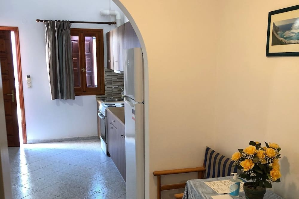 Quadruple Room, Garden View - Living Area