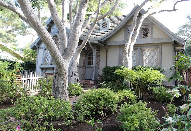 Nobodys Perfect In the Heart of the Golden Rectangle 5 Blocks to Beach and Town no Hills, Carmel, Property Grounds