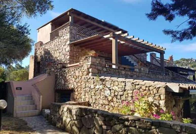 House With 4 Bedrooms in Porto Rotondo, With Wonderful sea View, Furnished Garden and Wifi - 600 m From the Beach, Olbia