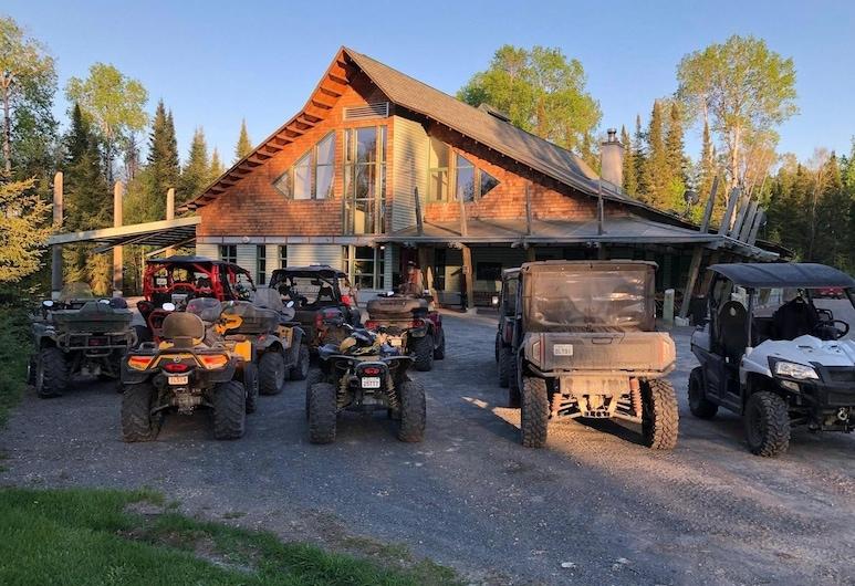 Elk Lake Eco Centre, James, Lối vào khách sạn