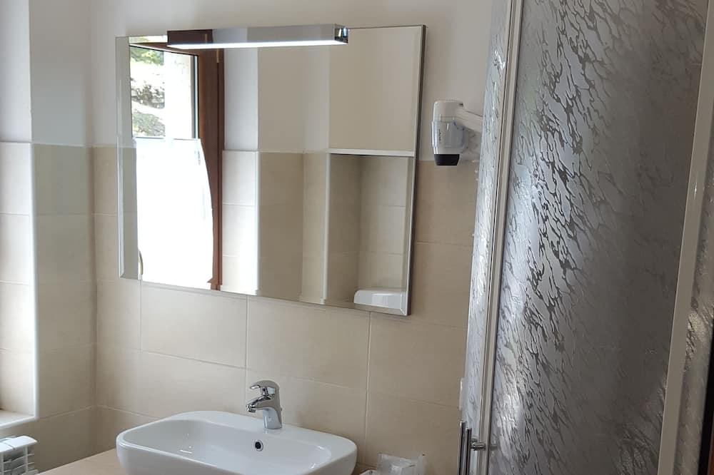 Třílůžkový pokoj, více lůžek - Koupelna