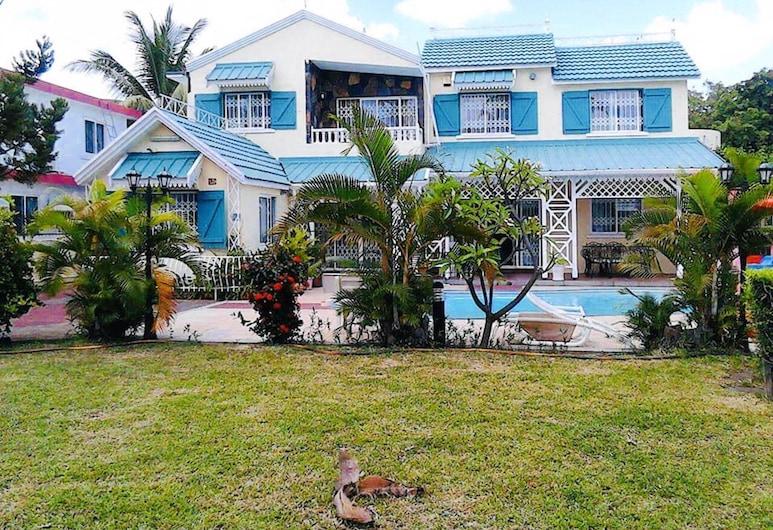 Villa With 3 Bedrooms in Flic en Flac, With Private Pool, Terrace and Wifi - 100 m From the Beach, Flic-en-Flac, Территория отеля