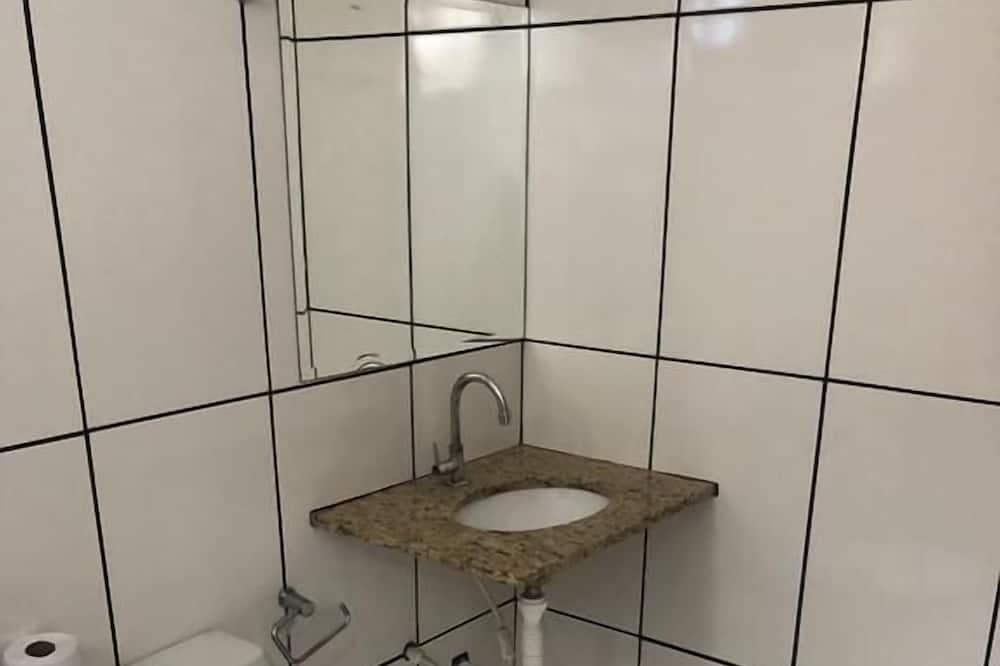 Economy Quadruple Room - Bilik mandi
