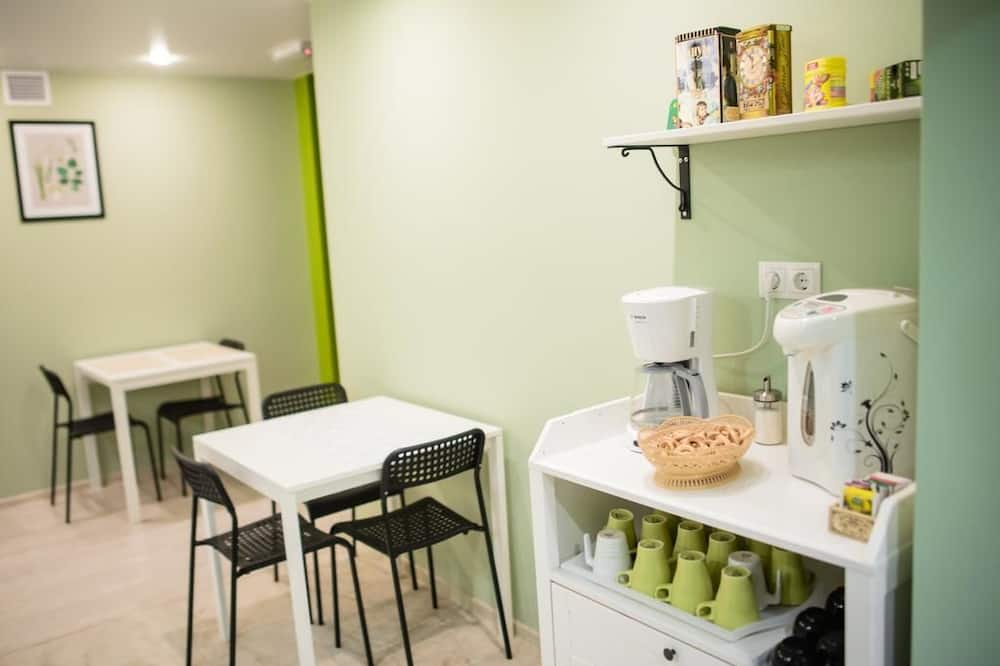 Family Quadruple Room, City View - Shared kitchen