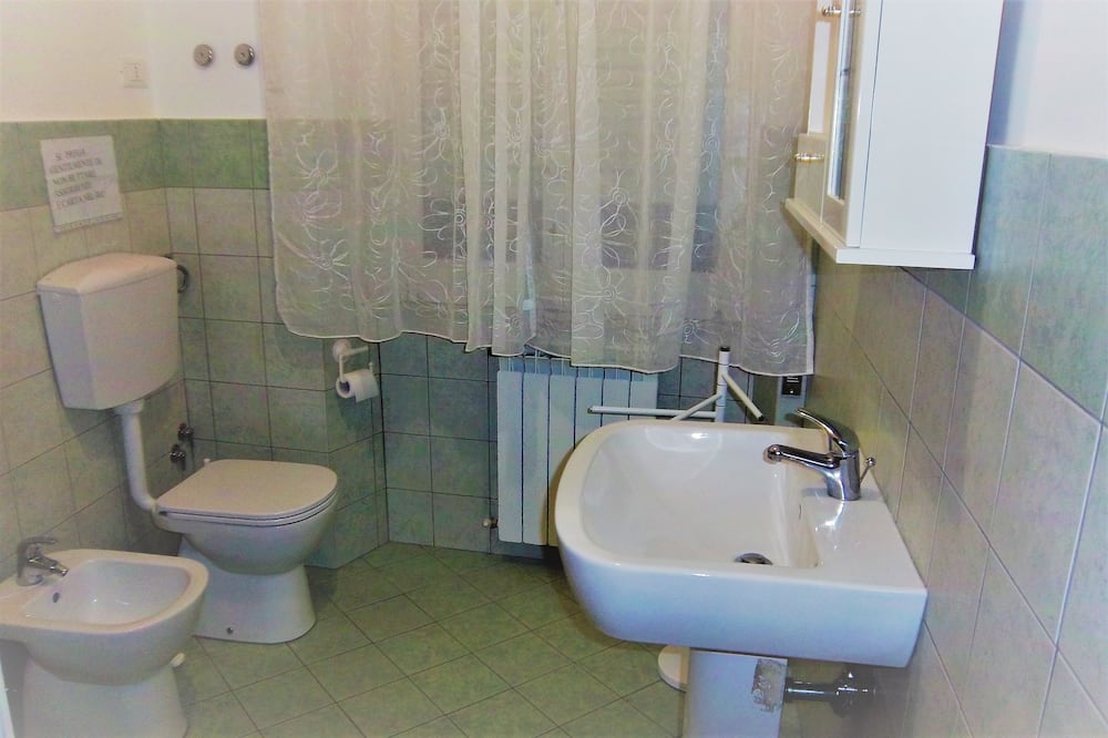 Classic Double or Twin Room, Private Bathroom - Bathroom