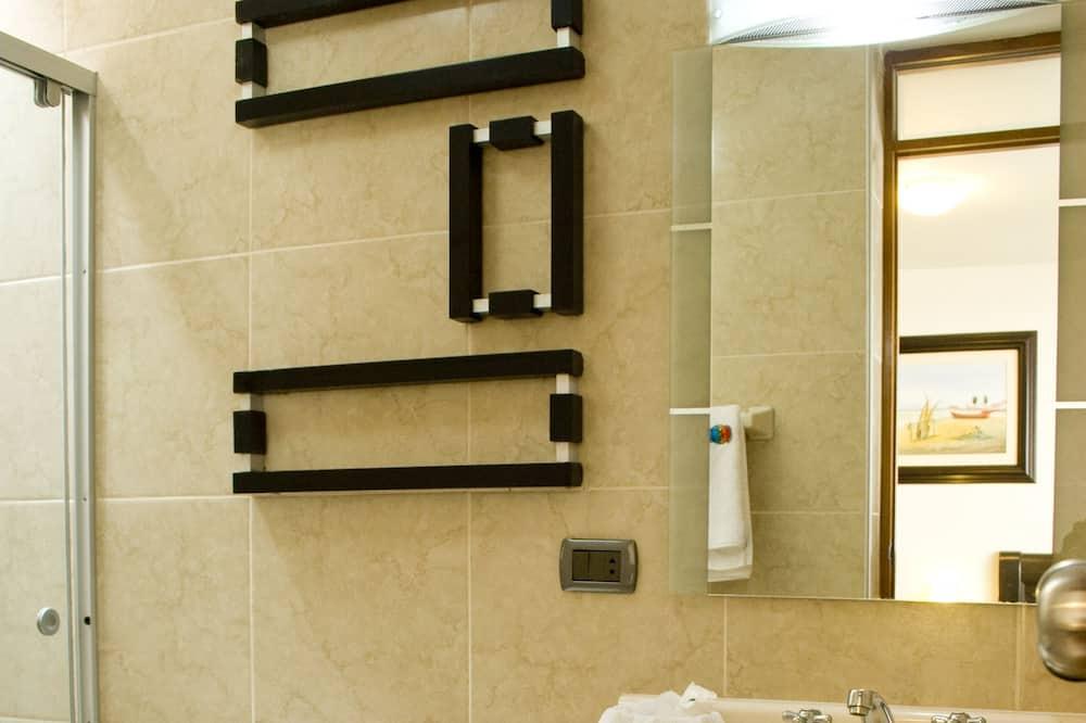 Standartinio tipo dvivietis kambarys, vaizdas į kiemą - Vonios kambarys